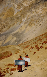 Default_people_carring_solar_panels_to_high_mountain.laddakh-_leh_in_india