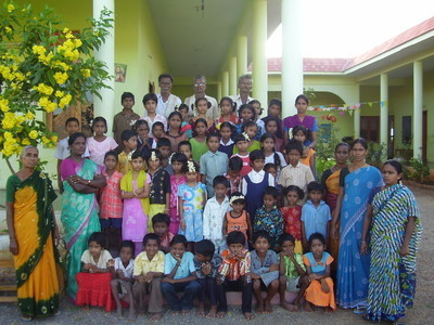 Big_bass_mamare_children_and_staff